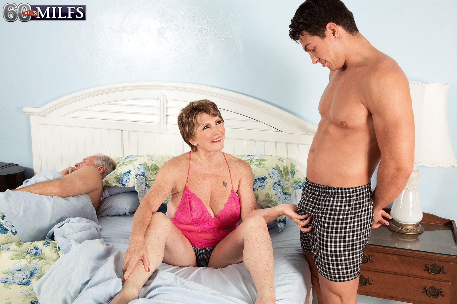 Сисястая мама пристает к сыну 15 фотография