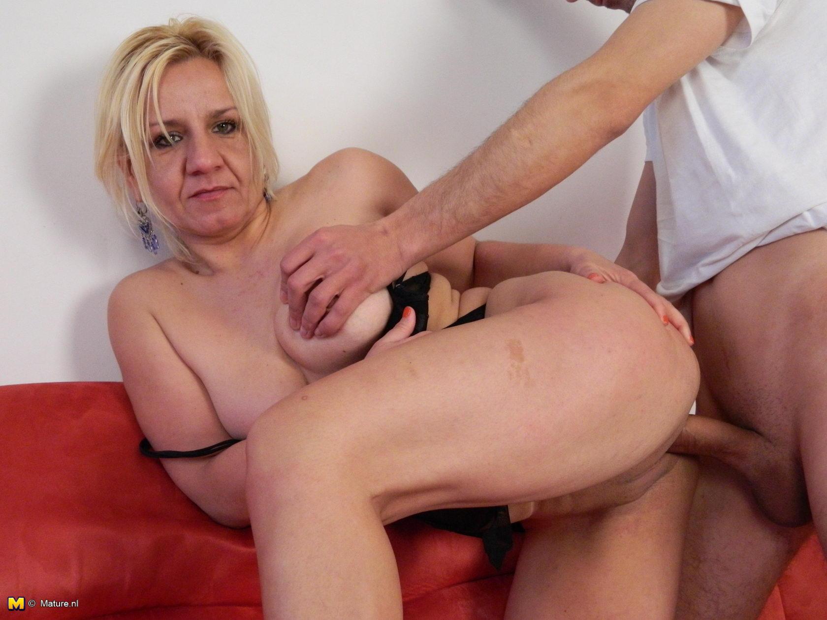 Смотреть порно племяник ебет тётю 26 фотография