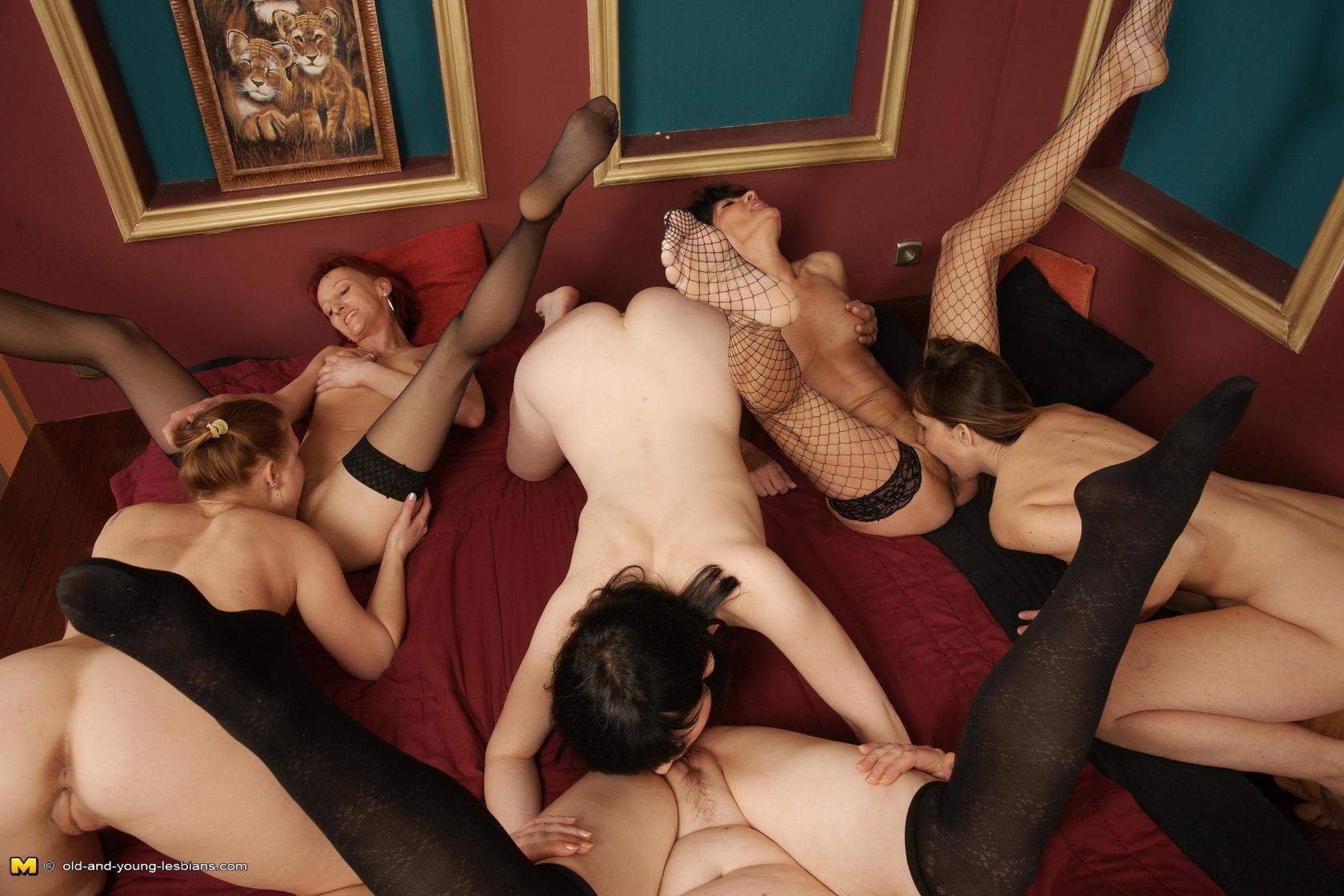 Секс с мамочками в чулках 3 фотография