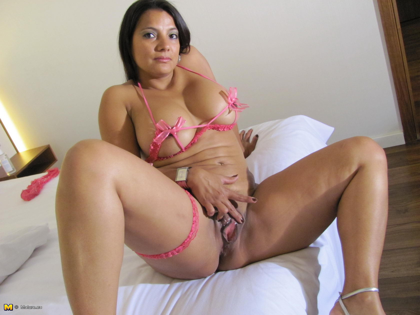 Spanish milf montse swinger takes a break from cleaning 4