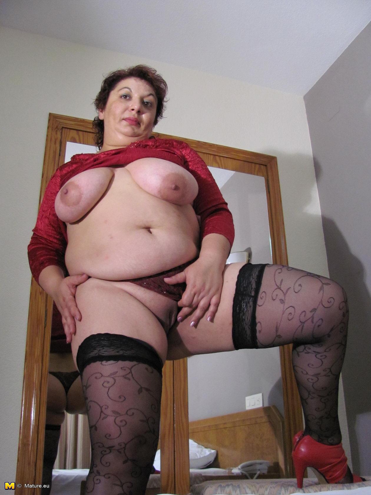 Wild momma in dark stockings masturbation