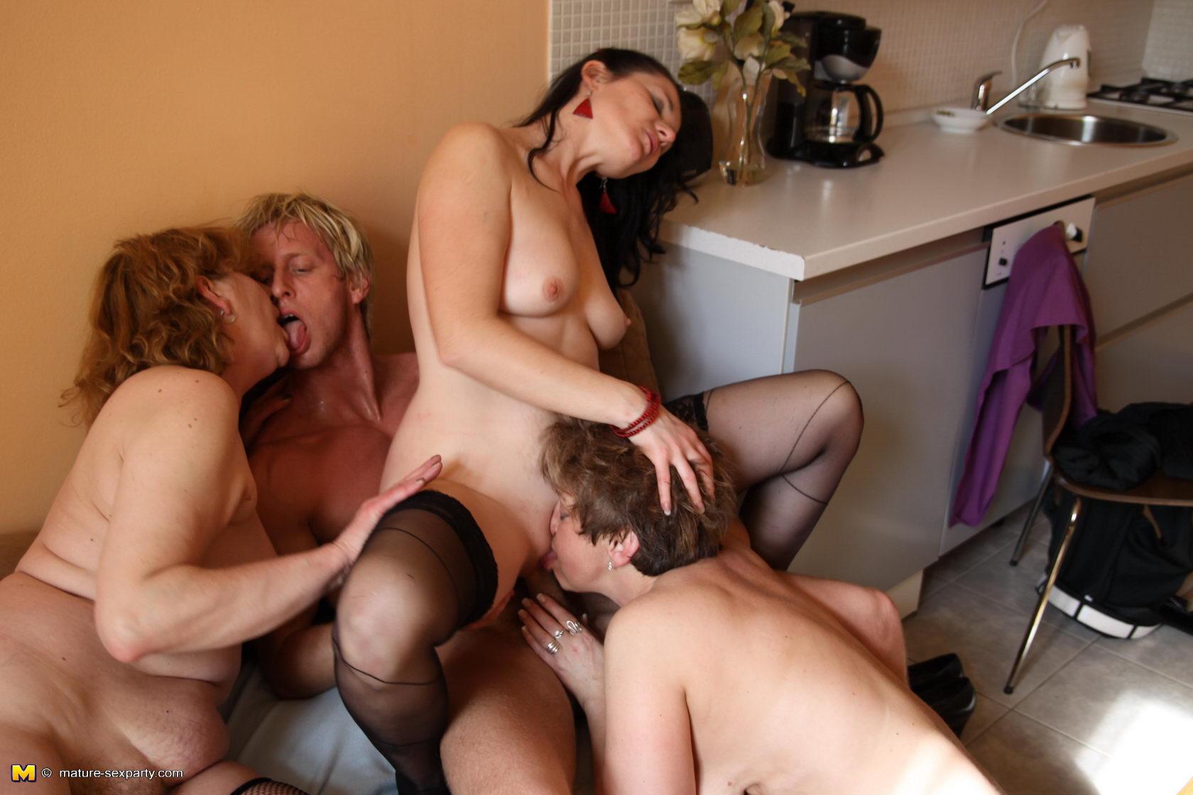 Смотреть онлайн секс зрелых женщин с молодыми парнями 24 фотография