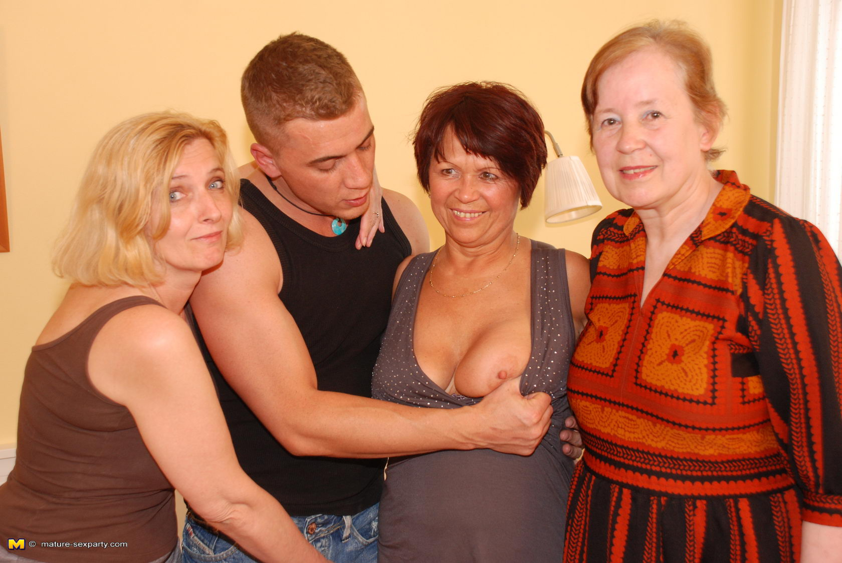 Три старухи и молодая смотреть 15 фотография
