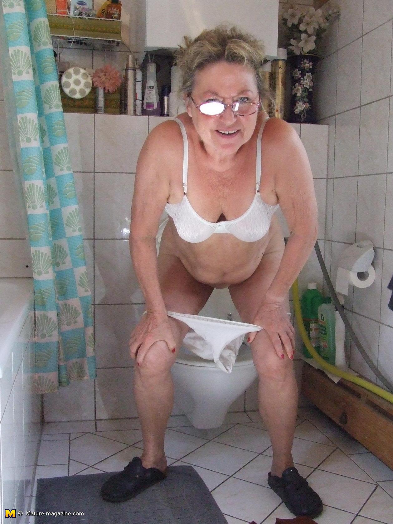 Фото старая бабушка писает 4 фотография
