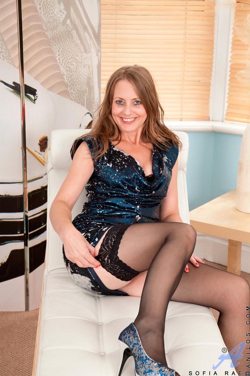 Milf Sofia Rae seduces us wearing sexy lingerie high heels